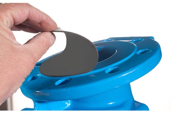 Flange_Protection_Disc_being_removed_from_Blue_Valve.jpg